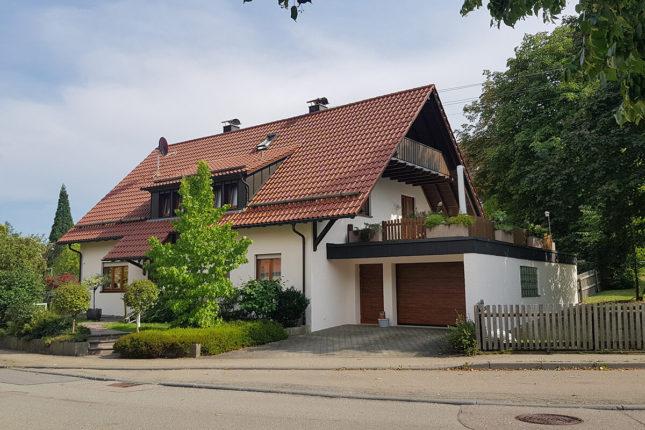 Hausfassade mit neuem Anstrich